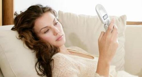 Mulher-olhando-celular